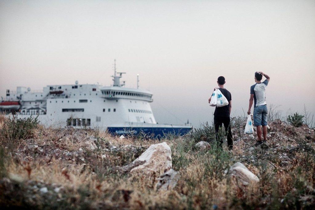 morteza-y-ali-se-acercan-al-ferry-de-italia-patras-del-proyecto-surviving-greece-autor-mattia-insolera-fotopres-la (Medium)