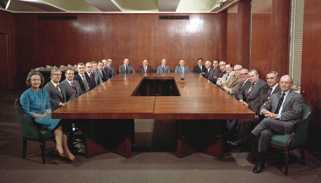 katie-en-una-junta-directiva-en-1975