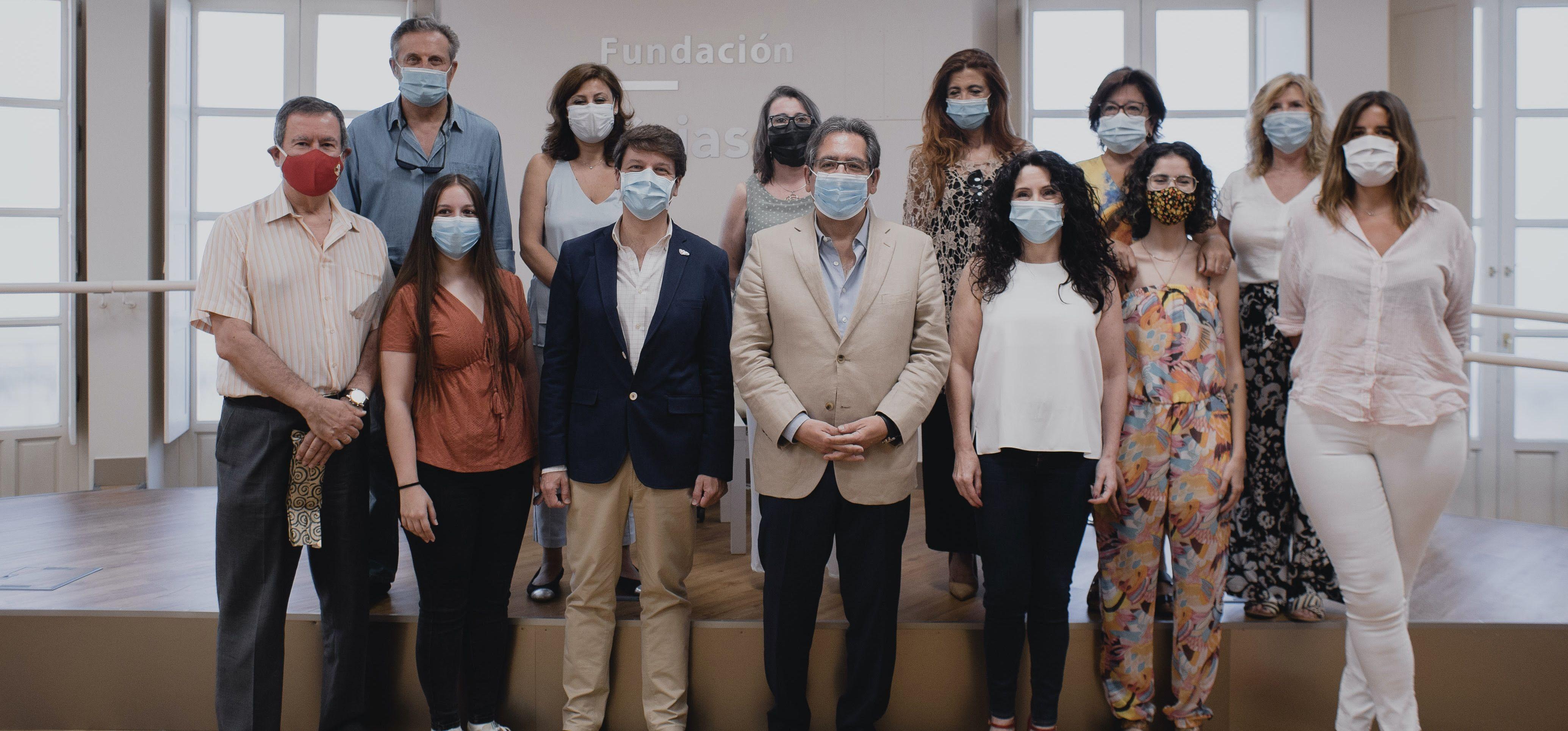 Más de 40 voluntarios han atendido más de 3.400 personas, en el teléfono que Cajasol puso en marcha en los primero días de la pandemia.