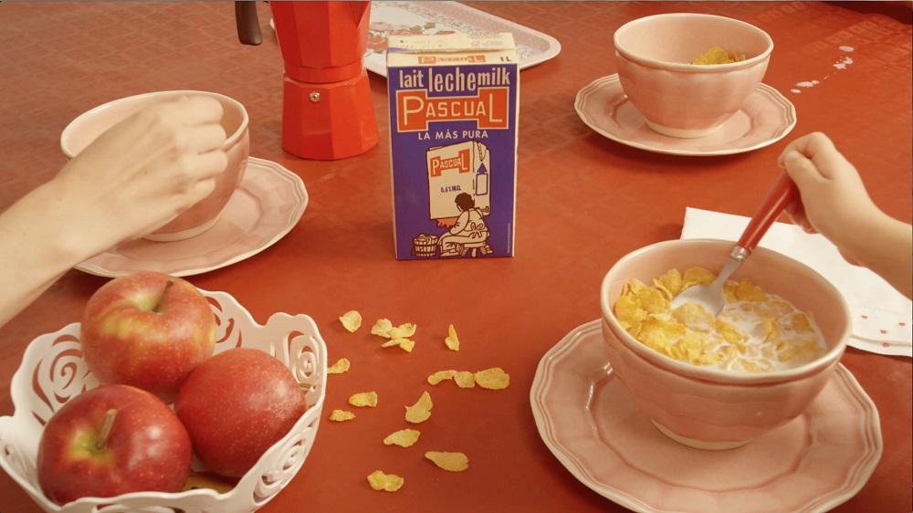primer brick de leche pascual en mesa de desayuno