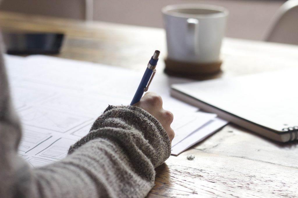 mano de mujer escribiendo sobre narrativa