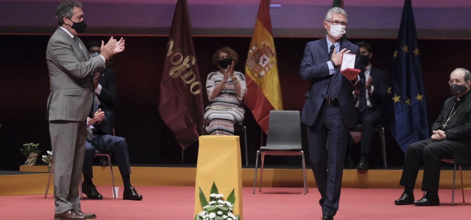 """Rafael Rodríguez estrena """"con honores"""" una doble nacionalidad a veces no bien entendida: malagueña y sevillana. Medalla de la Ciudad de Sevilla."""