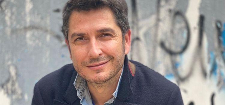 El periodista de TVE, Carlos del Amor, ha mantenido un encuentro virtual con los alumnos que participan del proyecto educativo de 'La Prensa en mi Mochila'.