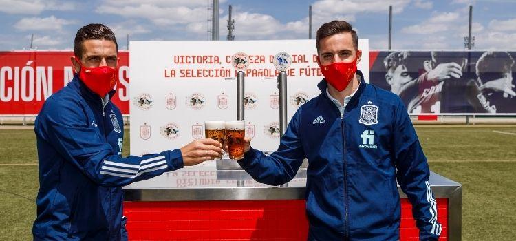 Cervezas Victoria y FEF han oficializado el acuerdo por el que la marca malagueña se convierte en cerveza oficial de la Selección masculina y femenina.