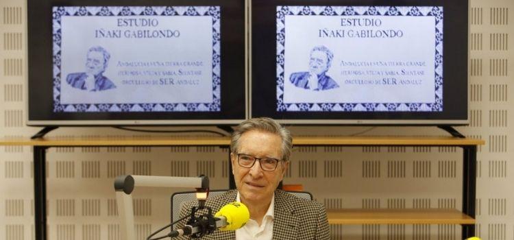 El estudio principal de Radio Sevilla ya lleva el nombre de Iñaki Gabilondo. Dirigió la emisora decana de la ciudad entre 1972 y 1976.